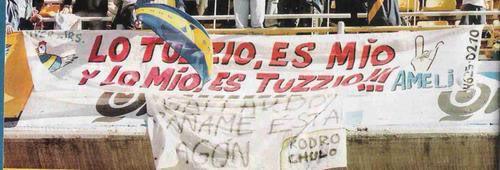 """""""Lo Tuzzio es mio y lo mío es Tuzzio"""" una bandera de la 12, recibiendo a Ameli en un clásico."""