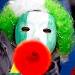 Nigeriano alentando con la vuvuzela en 2010
