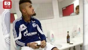 Kevin-Prince Boateng cuidándose con una cerveza y un cigarrillo