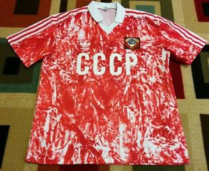 Esta camiseta se diseñó tirando lavandina sobre una remera roja