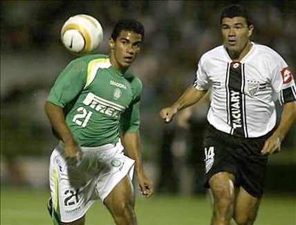 Patro, marcándole a Ricardinho, del Palmeira. Jugó la Copa por su Tacua querido.