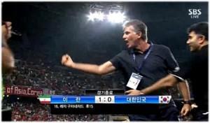 Carlos Queiroz burlándose frente al banco surcoreano
