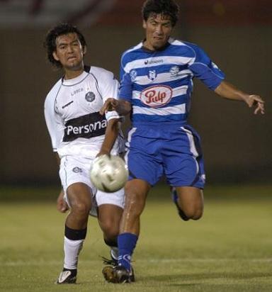 El repollo jugó también en el 2 de Mayo de PJC. Aquí, se anticipa a Justo Rolando Meza, jugador de Olimpia (!)