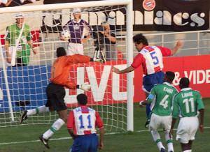 Ayala en lo alto. El gol más tempranero de ese Mundial.