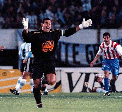 Festejo inolvidable. Gol de Chilavert a la Argentina en el Monumental.
