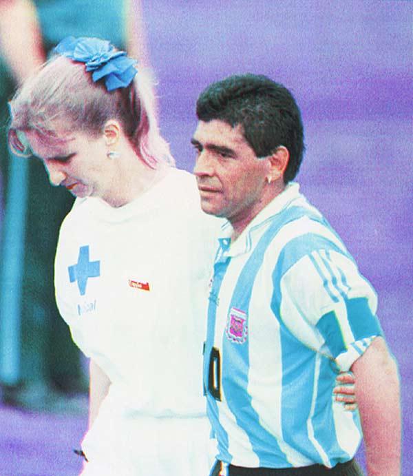 """El día que """"le cortaron las piernas"""" a Diego Maradona."""