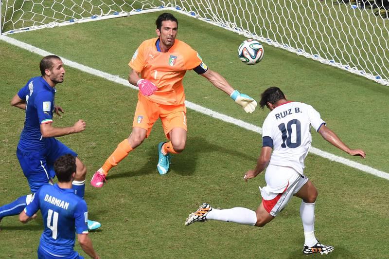 Bryan Ruiz hace historia. Gol a Italia y clasificación.