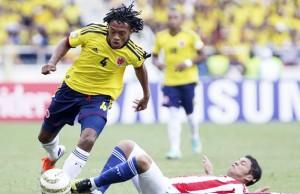 Juan Guillermo Cuadrado dejando en el piso a toda la defensa paraguaya.