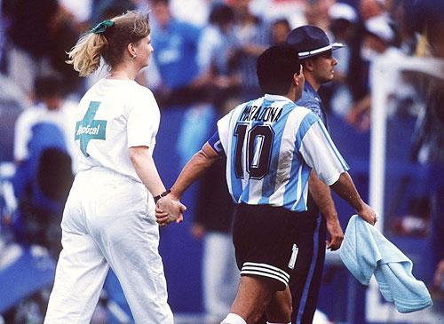 La histórica imagen de Diego y la enfermera.