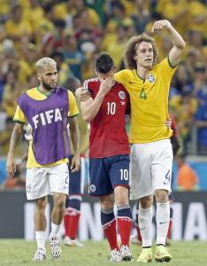 Abrazando a James Rodríguez tras la eliminación de Colombia a manos de Brasil.