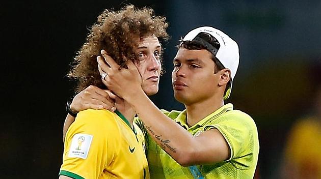 El abrazo con Thiago Silva tras la terrible eliminación.
