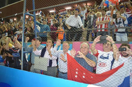 Los hinchas que siempre brindan su apoyo (clubnacional.com.py)