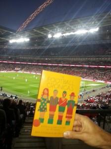 El libro presentado en un partido amistoso de Inglaterra, en Wembley.