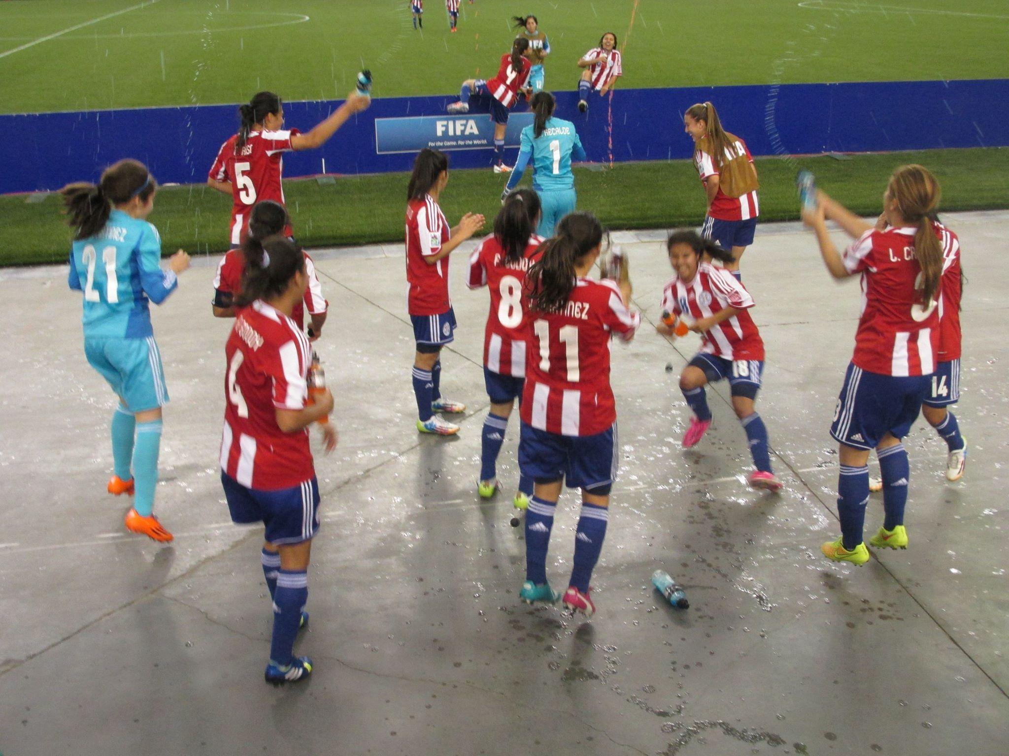 Las chicas tuvieron un festejo prolongado. La alegría de ver a paraguayos en las gradas los motivó.