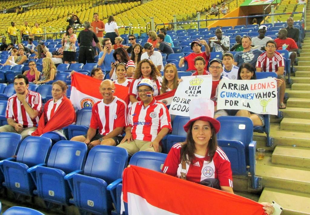 Los paraguayos en el Estadio apoyando a las Leonas.