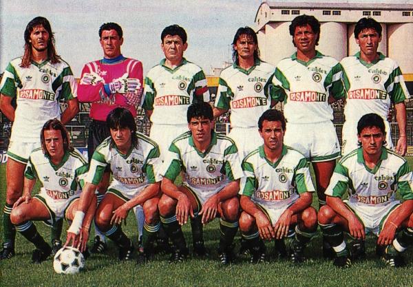 """La melena y pose de jugador, Guido en cuclillas, el primero de la derecha. Gran equipo de Mandiyú, que tenía entre sus filas a otro paraguayo: """"Chiquito"""" Benítez, en cuclillas, en el centro."""