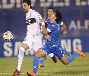 Una constante: Cecilio Domínguez recibiendo faltas. Igual no sirvió para que Sol pueda ganar .