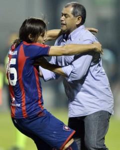 Más que un abrazo parece un manoseo entre el Chiqui y Oscar Romero (ABC Color)