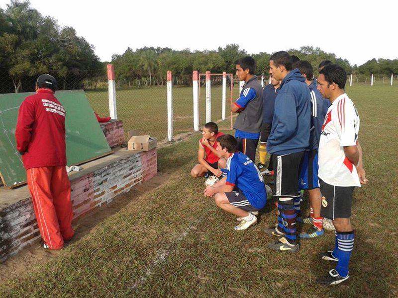El pizarrón, elemento fundamental para poder transmitir los conocimientos del Director Técnico a sus jugadores. Para el 24 de Julio de Yabebyry es la tiza la que traza su estrategia para el próximo partido.