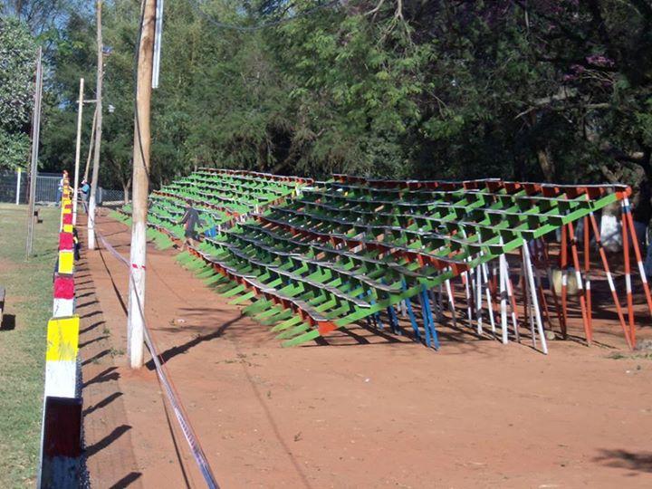 Las graderías del club Potrerito esperando por la multitud, un domingo de fútbol.