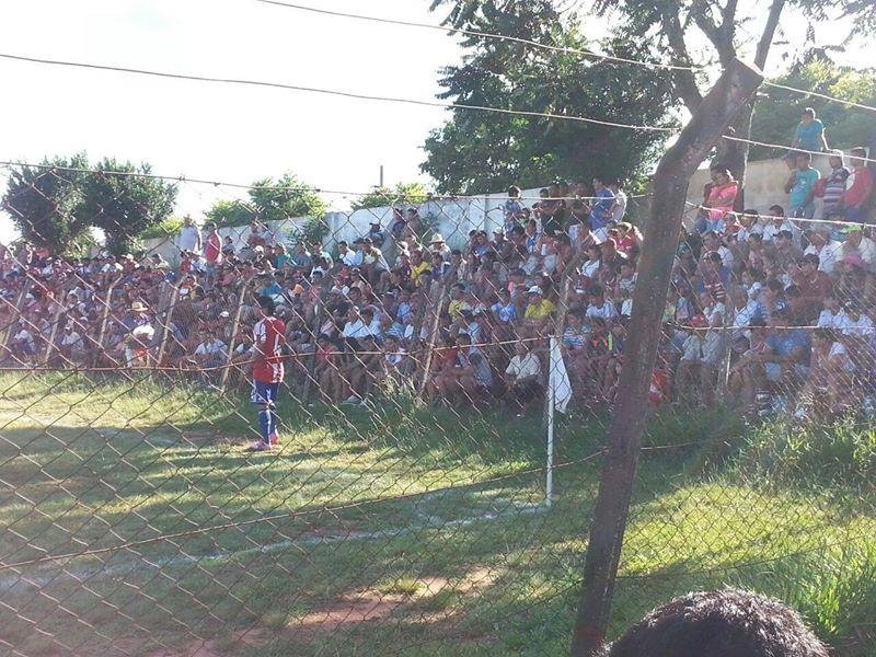 Las gradas del Independiente de Piribebuy repletas, disfrutando de un amistoso entre la selección de su ciudad y la sub-20. Cada fin de semana aquellas gradas tiemblan con el aliento de los hinchas.