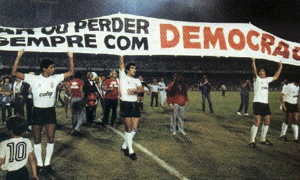"""La famosa bandera: """"Ganar o perder, pero con democracia"""" en la final ante el San Pablo de 1983."""