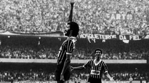 Su clásico festejo. La multitud detrás. Sócrates es fútbol.