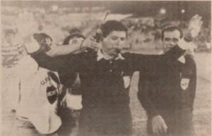 Momento que el árbitro Barrientos suspende el partido por falta de luz para continuar al día siguiente (ABC Color)