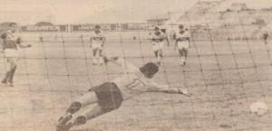 El primero de los dos penales de Victor Genes. Todavía faltaban 6 goles (ABC Color)