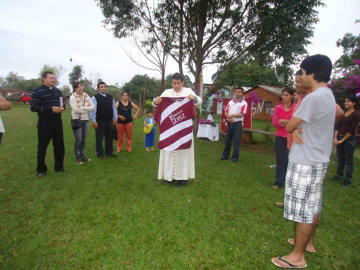 El monseñor Edmundo Valenzuela, bendice la camiseta y el estadio del Navideño.