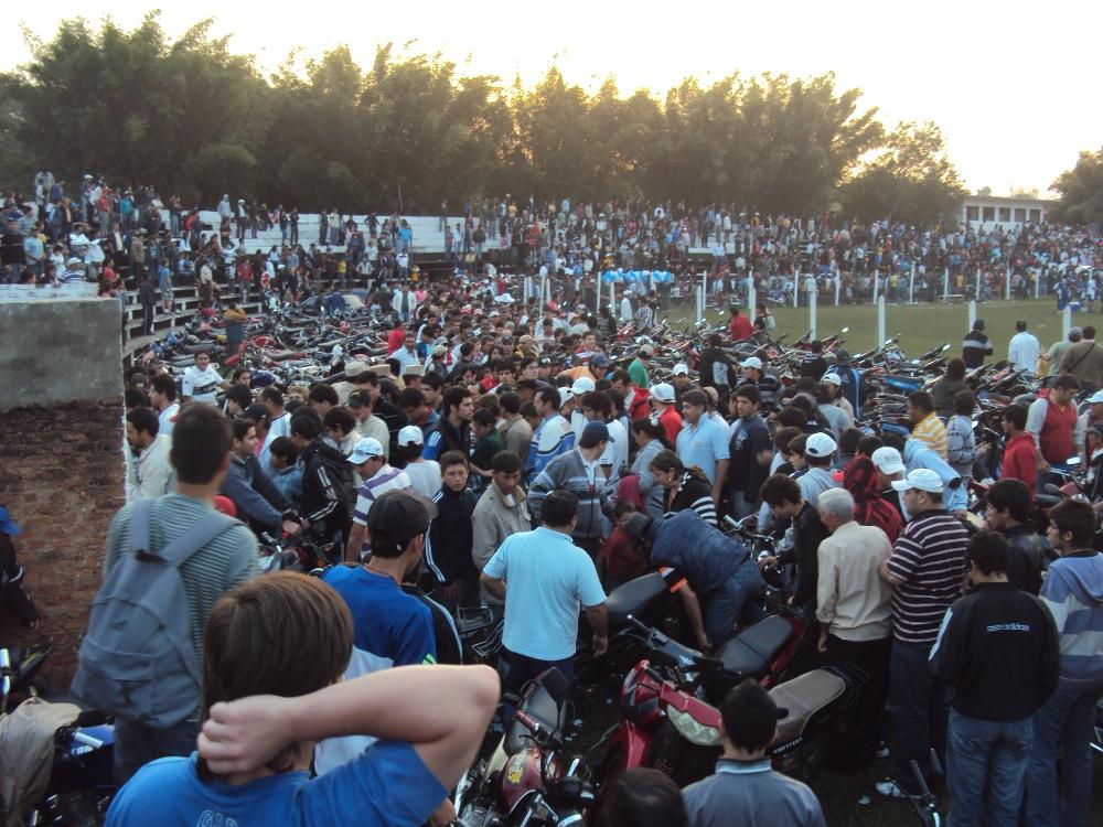 Si pensaban que iba a ser un kilombo salir de esa apilada de motos, tenían razón. Así se ve el flujo de gente al terminar el partido. Un embotellamiento total.