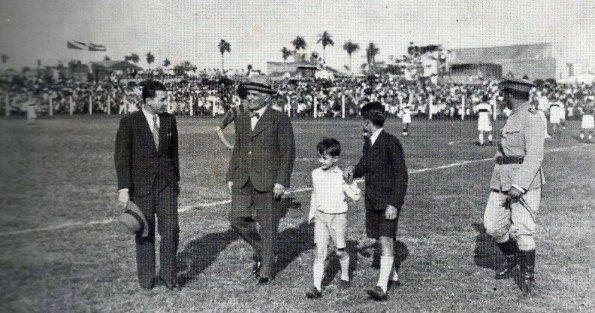Se inaugura el Adriano Irala, en 1936. El pequeño de camisa blanca es Adriano Irala Burgos, hijo de Adriano Irala, gran intelectual también que tuvo el Paraguay.