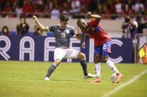 Samudio y la camiseta gris de Paraguay frente a Costa Rirca.