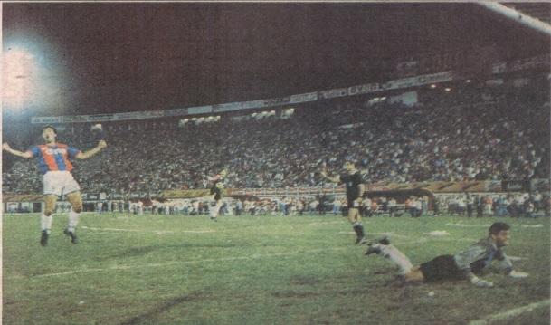 Quizás de las mejores fotos de los 90 en cuanto al fútbol. Goyco, en el suelo, masticando rabia. Cristaldo y Mondragón de fondo festejan la victoria de Cerro en 1993, por Copa Libertadores.