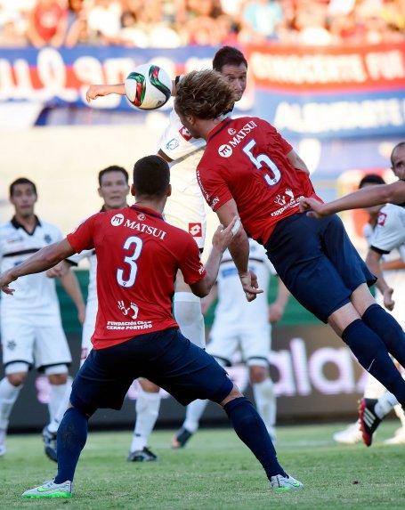 Diego y su salto para cabecear a gol.