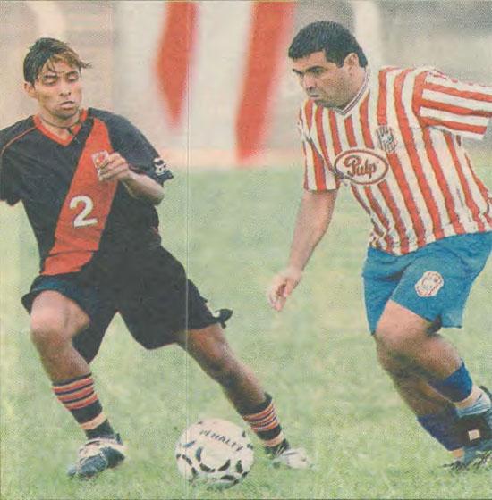 Ibarra, ya bien Ancho, gambeteando a Julio Irrazabal en el 2004 (ABC Color)