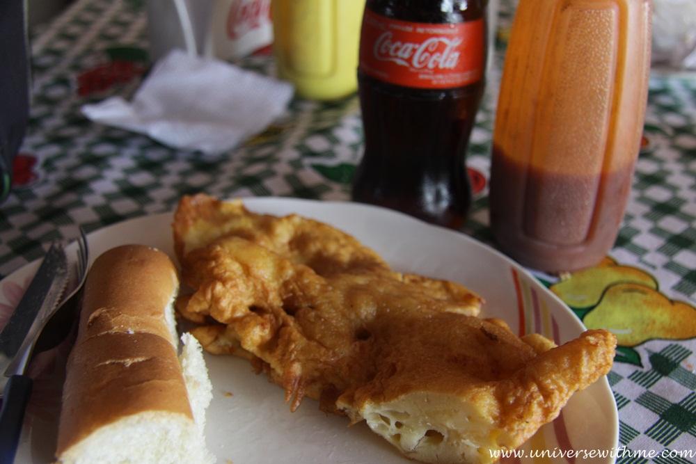 El desayuno antes de la práctca: tortilla, pan, picante y abundante gaseosa (www.universewithme.com)