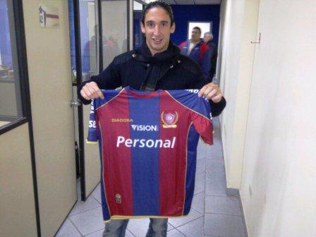 Germán Alemanno pasó más tiempo posando con la camiseta que en el campo de juego