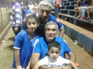 César Adorno, con su familia. Una generación de hinchas de Sol de América.