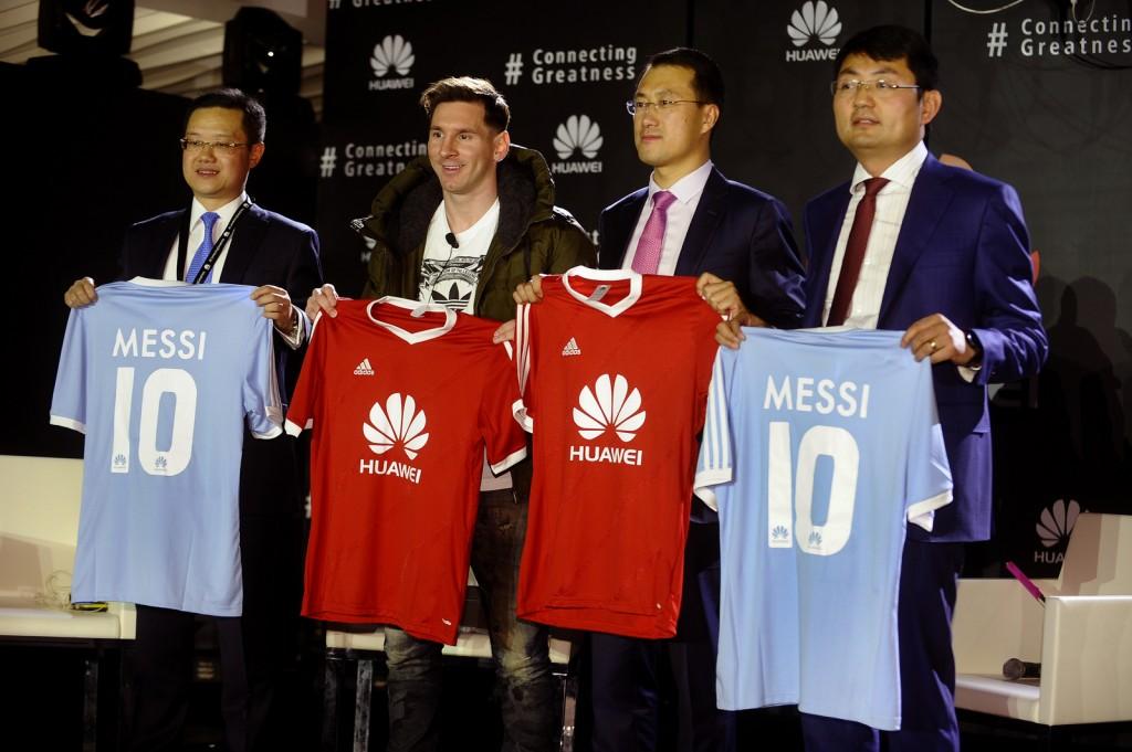 Equipo ejecutivo de Huawei con Lio Messi (1)