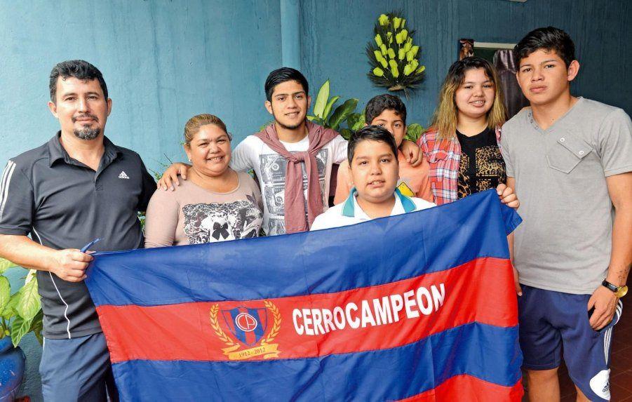 La familia Díaz Velázquez a pleno. Sus dos hermanos también juegan al fútbol.